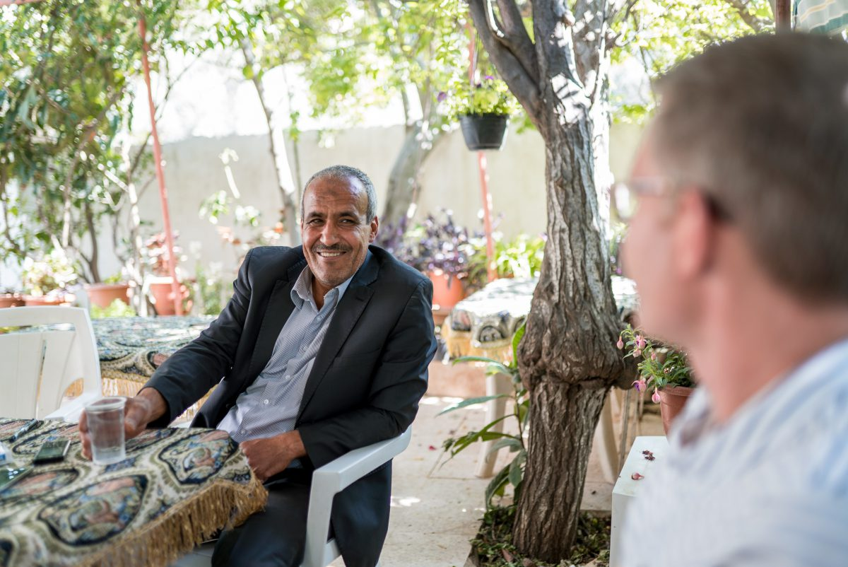 Orjan host talking with guest on a Jordan tour